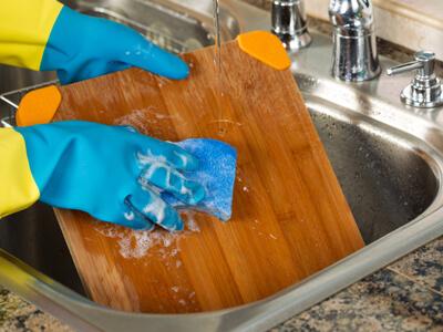 چگونه یک تخته گوشت چوبی را تمیز کنیم؟