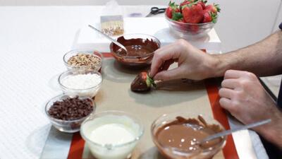 تزیین توت فرنگی با شکلات تلخ