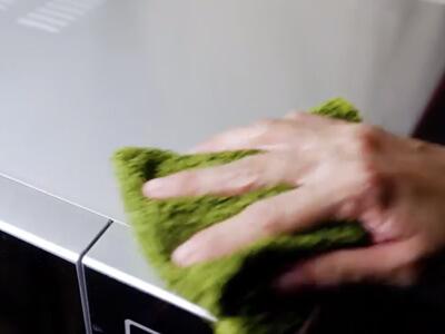 تمیز کردن مایکروفر با دستمال
