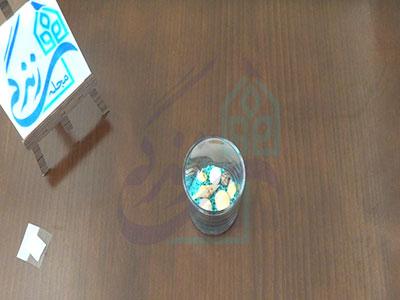 قرار دادن سنگریزه برای ساخت شمع شناور روی آب