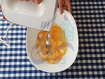 همزدن تخم مرغ کیک هویج