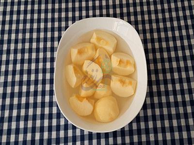 قرار دادن سیب کمپوت سیب در آب و سرکه