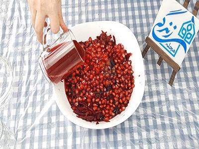 اضافه کردن آب لبو به ترشی لبو و انار