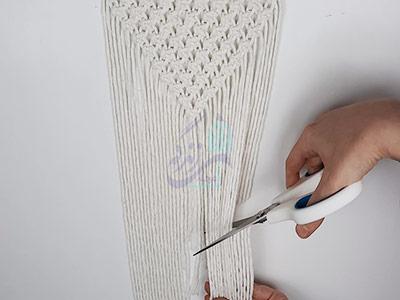 کوتاه کردن نخهای دیوارکوب مکرومه