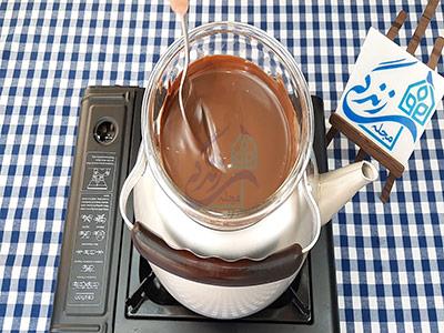 ذوب کردن شکلات برای تهیه شکلات اناری