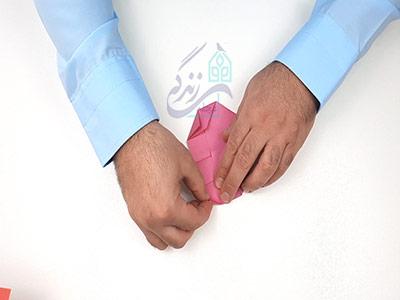 تا کردن گوشه های کاغذ برای اوریگامی قلب