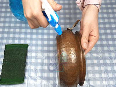 اسپری کردن سرکه برای تمیز کردن ظروف مسی