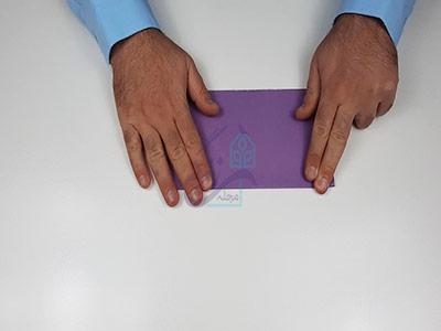 تا کردن کاغذ به صورت افقی برای اوریگامی سه بعدی قلب