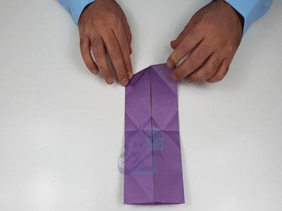تا کردن گوشه پایینی کاغذ برای اوریگامی سه بعدی قلب