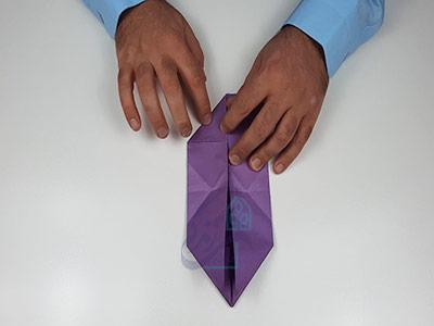 تا کردن گوشه های پایینی کاغذ برای اوریگامی سه بعدی قلب
