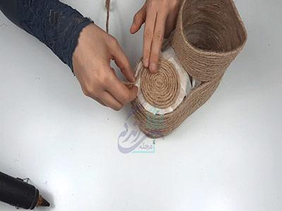 چسباندن کنف در ساخت گلدان با بطری نوشابه