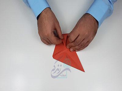 تا کردن گوش های بیرونی کاغذ برای اوریگامی سه بعدی قلب