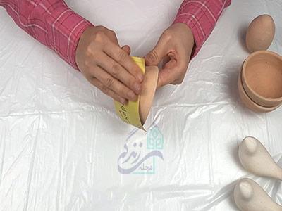 سمباده کشیدن ظرف سفالی برای ساخت هفت سین سفالی