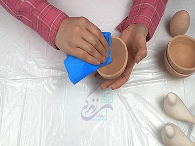 پاک کردن گرد و غبار از روی ظرف برای ساخت هفت سین سفالی