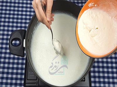 اضافه کردن ماست ترش به شیر برای تهیه پنیر خانگی با ماست