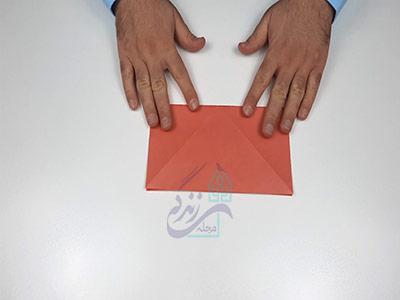 تا کردن عمودی کاغذ برای اوریگامی لب