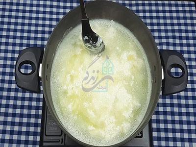 بریدن شیر برای تهیه پنیر خانگی با ماست