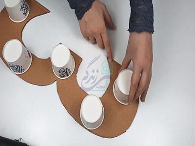 چسباندن لیوان کاغذی به استند عدد تولد