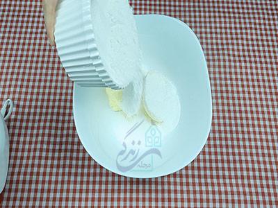اضافه کردن پودر قند به کره برای تهیه شیرینی کشمشی