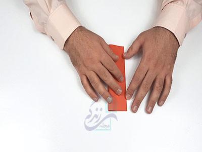 تا کردن عمودی کاغذ برای کاردستی ماهی با کاغذ رنگی