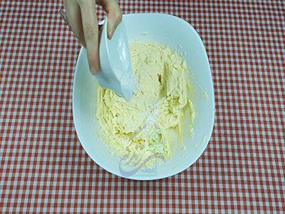 اضافه کردن وانیل برای تهیه شیرینی کشمشی