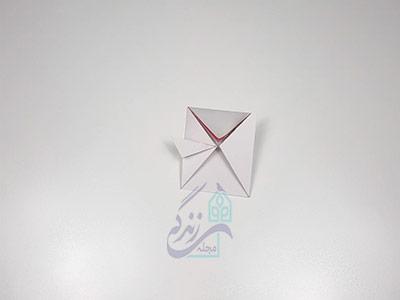تا کردن گوشه های کاغذ برای اوریگامی لب