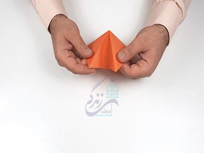 تا کردن کاغذ به سمت داخل برای ساخت کاردستی ماهی با کاغذ رنگی