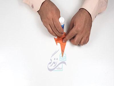 چسباندن گوشه های کاغذ برای کاردستی ماهی با کاغذ رنگی