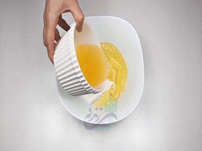 اضافه کردن روغن به شکر برای طرز تهیه شیرینی خشک ساده