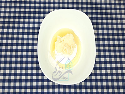 اضافه کردن روغن به پودر قند برای طرز تهیه شیرینی نخودچی خانگی