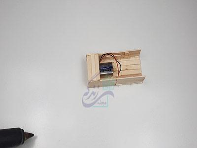 چسباندن چوب بستنی به قسمت جلویی ماشین برای ساخت ماشین با آرمیچر