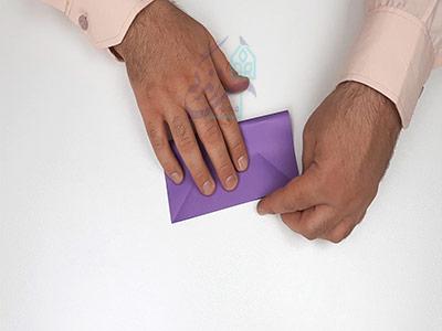 تا کردن افقی کاغذ برای اوریگامی پروانه سه بعدی