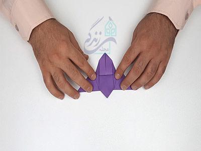 تا کردن گوشه های کناری کاغذ برای اوریگامی پروانه سه بعدی