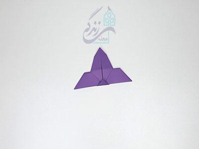 تا کردن مثلث به سمت پایین در اوریگامی پروانه