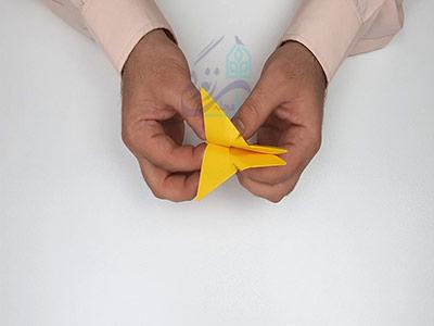 تا کردن کاغذ از وسط در اوریگامی پروانه سه بعدی