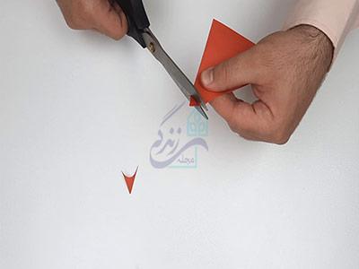 گرد کردن گوشه های کاغذ در اوریگامی پروانه سه بعدی