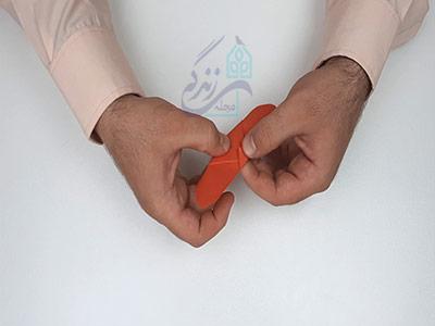 تا کردن گوشه کاغذ به پشت کار در اوریگامی پروانه