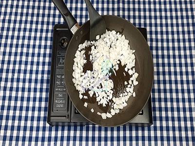 تفت دادن پیاز در طرز تهیه لازنیا بدون فر