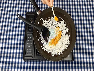 اضافه کردن زردچوبه به پیاز در طرز تهیه لازانیا بدون فر