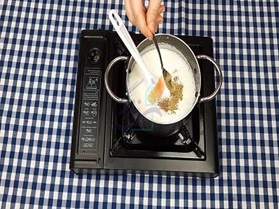 اضافه کردن ادویه به سس بشامل در طرز تهیه لازانیا بدون فر