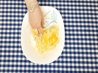 اضافه کردن تخم مرغ به مواد در طرز تهیه بامیه خانگی