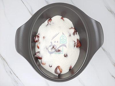 اضافه کردن شکر در طرز تهیه مربا توت فرنگی