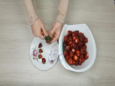 جدا کردن قسمت سبز توت فرنگی برای مارمالاد توت فرنگی