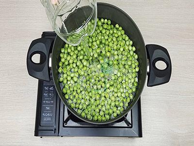 اضافه کردن آب به نخود فرنگی ها در کنسرو نخود فرنگی