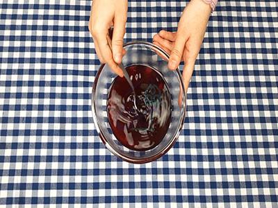 مخلوط کردن ژله با آب جوش در طرز تهیه ژله در طالبی