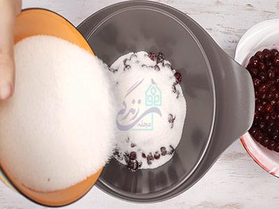 اضافه کردن شکر به آلبالو در طرز تهیه مربای آلبالو