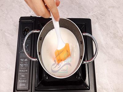 مخلوط کردن شکر و شیر در طرز تهیه آب هویج کافی شاپی