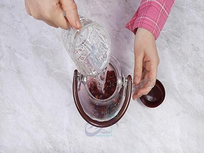 اضافه کردن آب به آلبالو در طرز تهیه چای آلبالو
