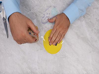 چسب زدن روی کاغذ برای ساخت اسکویشی با کاغذ