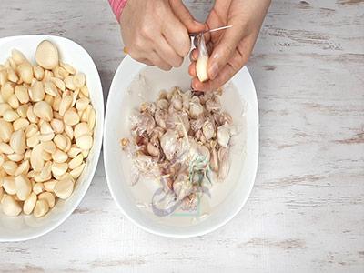 پوست کندن سیر در طرز تهیه پودر سیر خانگی